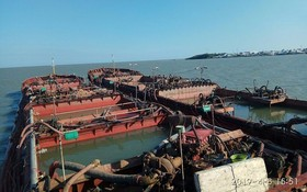 被查獲扣留的2艘非法採沙駁船。