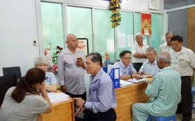 培德精舍理事會和越僑倪耀茂(右一)探訪市腫瘤醫院。