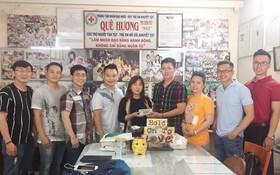 本市華人青年企業家向該中心代表捐款。