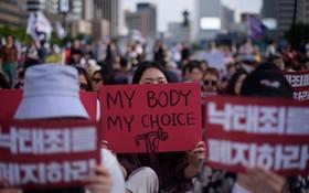 圖為2018年7月7日,韓國示威者抗議政府禁止墮胎法。(圖源:AFP)