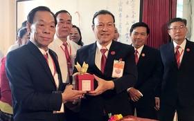 理事長劉鑑明(左一)接過會印。