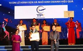 順捷旅行社總經理陳僑漢上台領獎。