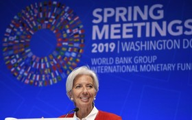 IMF總裁拉加德在新聞發佈會上講話。(圖源:新華社)