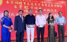 何冠忠先生(左二)向各華文中心捐贈善款。