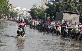 街道受淹給交通造成極大不便。