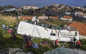 旅遊大巴車載有55名乘客,在彎道上轉完時失控後衝出公路,墜落山坡。(圖源:AP)