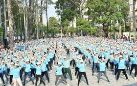 廣大職工參加體操匯演節目。