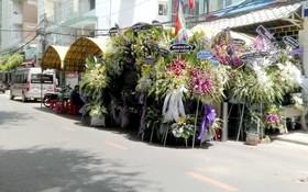 在本市多條街上仍經常看到在路邊搭棚影響交通安全的情況。