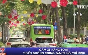 """為確保南方解放與祖國統一44週年與""""五.一""""國際勞動節133週年紀念的藝術表演節目服務的交通安全秩序,市中心多條街道交通管制。(圖源:越通社視頻截圖)"""