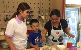 在工作人員協助下,我們的櫻花果凍生乳酪蛋糕終於出爐。