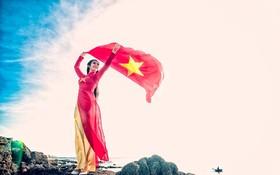國旗在萬里晴天中飄揚。(圖源:國南)