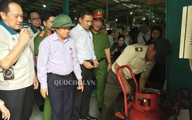 國會副主席杜伯巳大將(左二)親往同奈省進行實地監察消防工作。(圖源:Quochoi.vn)