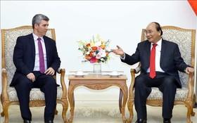 政府總理阮春福(右)接見古巴通訊部長路易斯‧佩爾多莫。(圖源:越通社)