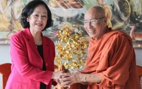 中央民運部長張氏梅(左)探望玉明精舍並祝愿釋覺讓長老長住人間、宏揚佛法、利益眾生。(圖源:文永)