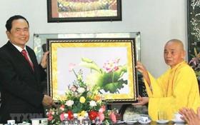 釋德清和尚(右)向越南祖國陣線中央委員會主席陳清敏贈送紀念品。(圖源:越通社)