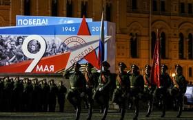 當地時間5月4日,莫斯科紅場舉行衛國戰爭勝利74週年閱兵式第二次夜間彩排,演練9日閱兵主要過程,共有35個方陣約1.3萬人參加,裝備總數超130輛。(圖源:互聯網)