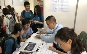 中文系大學生參加招聘活動。