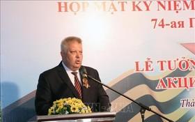 俄羅斯駐本市總領事Aleksei Vladimirovich Popov在紀念會上致詞。(圖源:越通社)