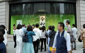 """圖為東京街頭,一家商店櫥窗的""""令和""""字樣吸引民眾合影留念。(圖源:互聯網)"""