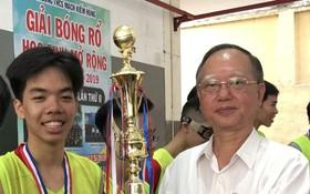 盧耀南理事長頒獎給獲第一名 的新平郡阮嘉韶學校籃球隊。