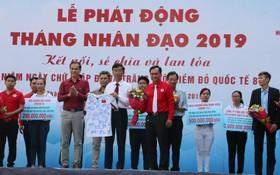 政府總理阮春福捐出的國家足球隊各成員 簽名T恤籌得 30 億元。