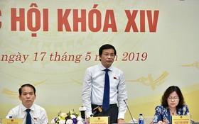 國會秘書長、國會辦公廳主任阮幸福(中)主持新聞發佈會並回答記者提問。(圖源:越雄)