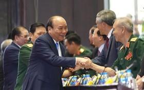 政府總理阮春福與各代表交流。(圖源:Chinhphu.vn)