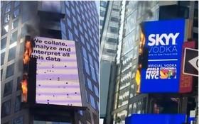 時代廣場一個電子廣告牌突然起火。(圖源:互聯網)