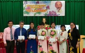 市教育與培訓廳工會主席阮氏女向4位華文科優秀教師頒獎。
