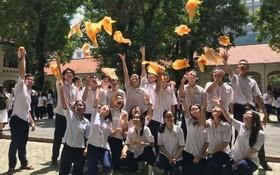 越華畢業生拍照留念。