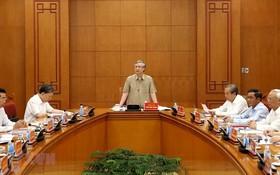 黨中央政治局委員、黨中央書記處常務書記、指委會副主任陳國旺(中)主持會議並發表講話。(圖源:越通社)