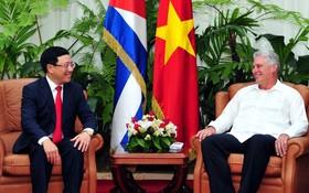 范平明副總理(左)與古巴國務委員會主席兼部長會議主席米格爾‧迪亞斯-卡內爾‧貝穆德斯舉行會晤。(圖源:越通社)