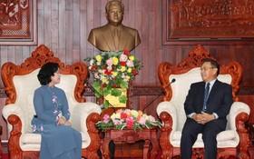 中央民運部長張氏梅(左)與老撾建國陣線中央委員會主席賽頌蓬‧豐威漢舉行會談。(圖源:人民報)