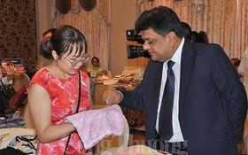 印度企業向越南夥伴推介絲綢產品。