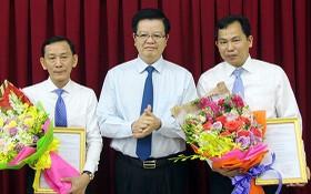 中央組織部副部長梅文政(中)向武成統同志(左)和黎光孟同志頒發人事委任《決定》。(圖源:九龍)