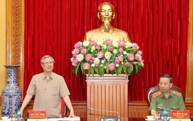 黨中央政治局委員、黨中央書記處常務書記、文件小組常務處副主任陳國旺(左)在會議上發言。(圖源:春和)