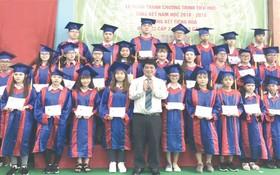 該校董事長陳金泉向畢業生頒發畢業證書。
