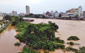 芒街市暴雨引發洪水,導致一人失蹤、數十艘滿載貨物的船隻被擊沉,該市多條交通幹線受淹。(圖源:VTC News)