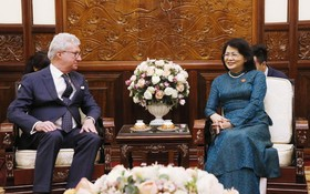 國家副主席鄧氏玉盛(右)接見澳大利亞昆士蘭州總督保羅‧德‧澤西。(圖源:越通社)