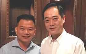 麒麟向吳駿總領事(右)贈送《滄桑彙集》初版。