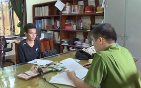 涉案嫌犯阮成南向警方調查員供述作案過程。(圖源:宣潘)