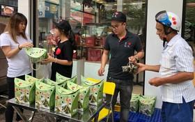 大發食品股份有限公司近日在第五郡、十郡各分店擺賣粽子。