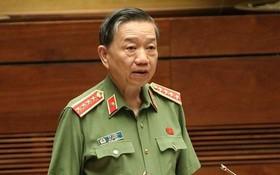公安部長蘇霖在議事堂上回答國會代表的質詢。(圖源:武海)