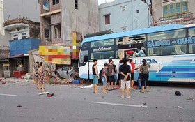 在現場,4座汽車和客車同在路旁民房門前被卡住。(圖源:VOV)