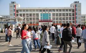 2019年6月7日,中國江蘇省連雲港市贛榆區實驗中學,考生們陸續進入考場。(圖源:互聯網)