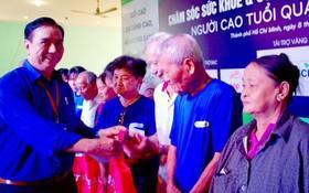 第十一郡高齡人會主任朱杞文向越華長者贈送禮物。