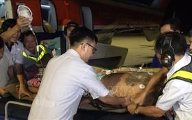 救護直升機趕赴事發海域展開救助,將遇險漁民安全送往陸地救治。(圖源:越通社)