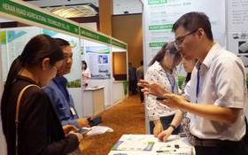 越南與中國企業家在展會上交流。
