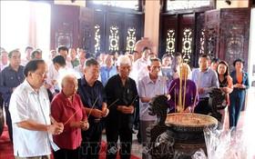 永隆省歷代領導、原領導在部長會議主席范雄紀念館上香緬懷。(圖源:越通社)