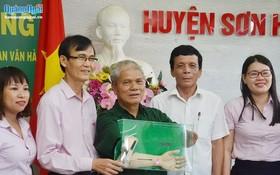 廣義省社會政策銀行代表向1/4重號榮軍潘文豪(中)贈送機械手臂。